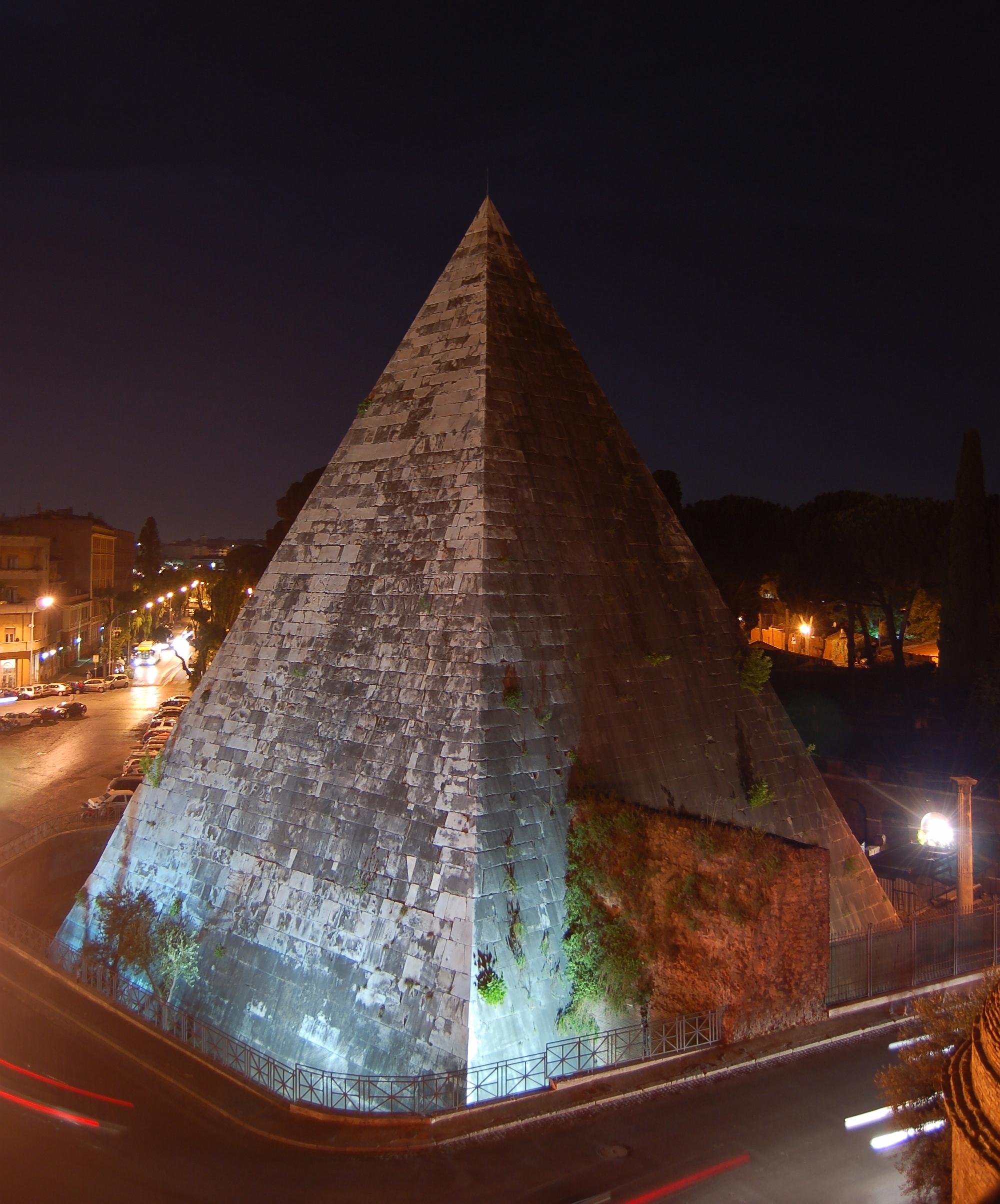 Cestijeva piramida, noćni snimak (foto: Wikipedia)