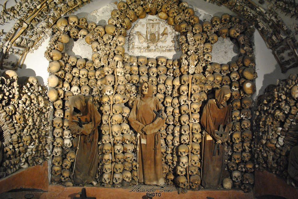 """""""Ukrasi"""" od ljudskih kostiju i lobanja (Foto: Alessandro Errico)"""