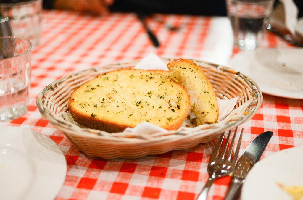 Hleb sa belim lukom (pane all'aglio)